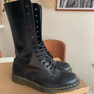 1914 Smooth Dr.Martens boots